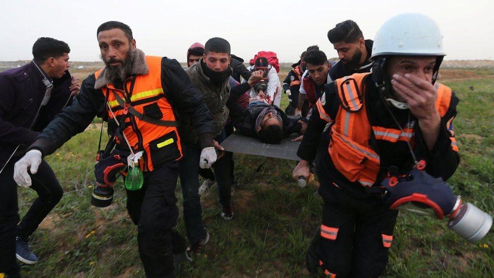 مسؤولون في قطاع الصحة الفلسطيني يقولون إن آلافا من المتظاهرين أصيبوا بذخيرة حية