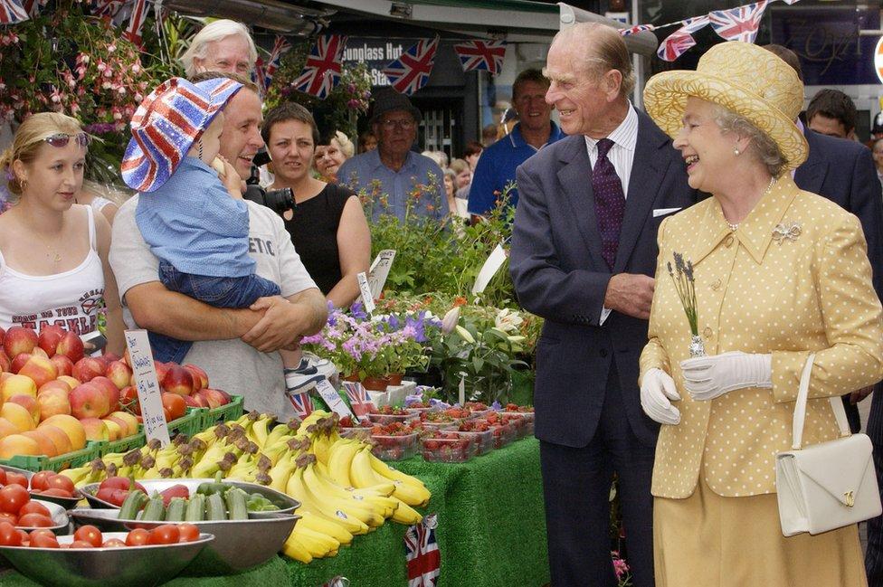 الملكة إليزابيث الثانية ودوق أدنبره يزوران سوقا في حي كينغستون بلندن