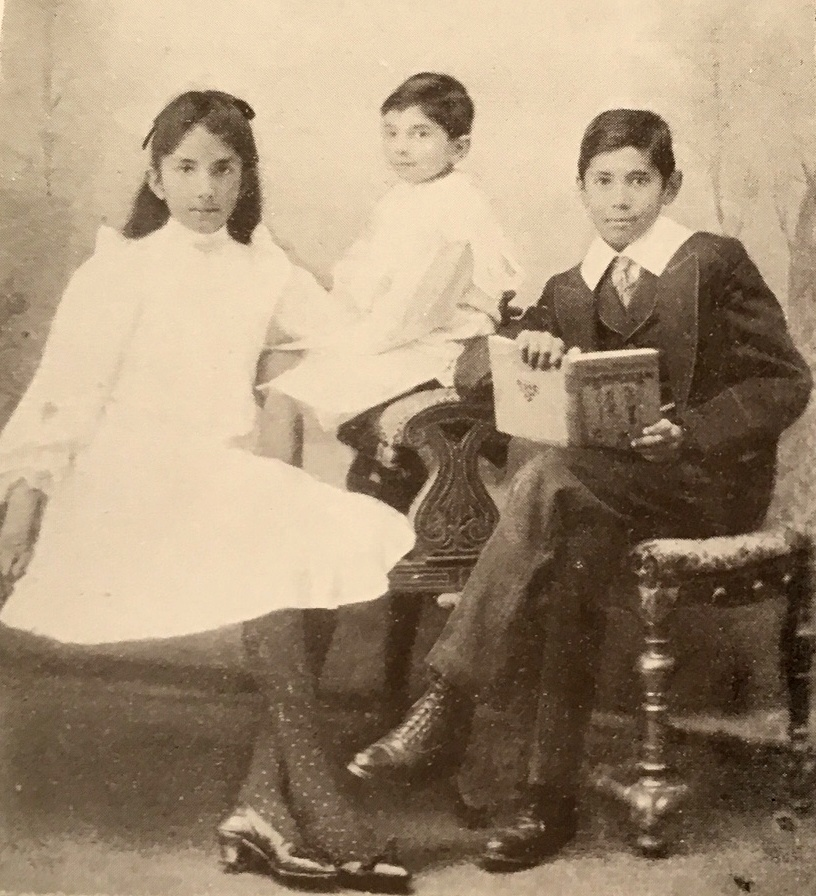 Dorothy con sus hermanos Neil y Bertie en 1904.