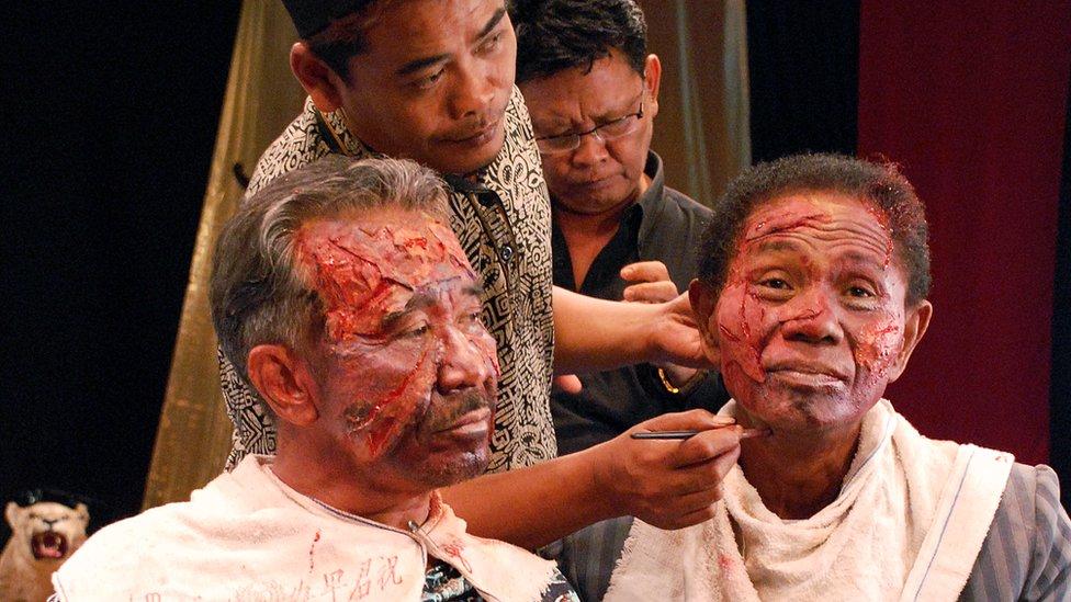 """أنور كونغو (يمين) أثناء الاستعداد لتصوير أحد المشاهد من """"قانون القتل"""""""