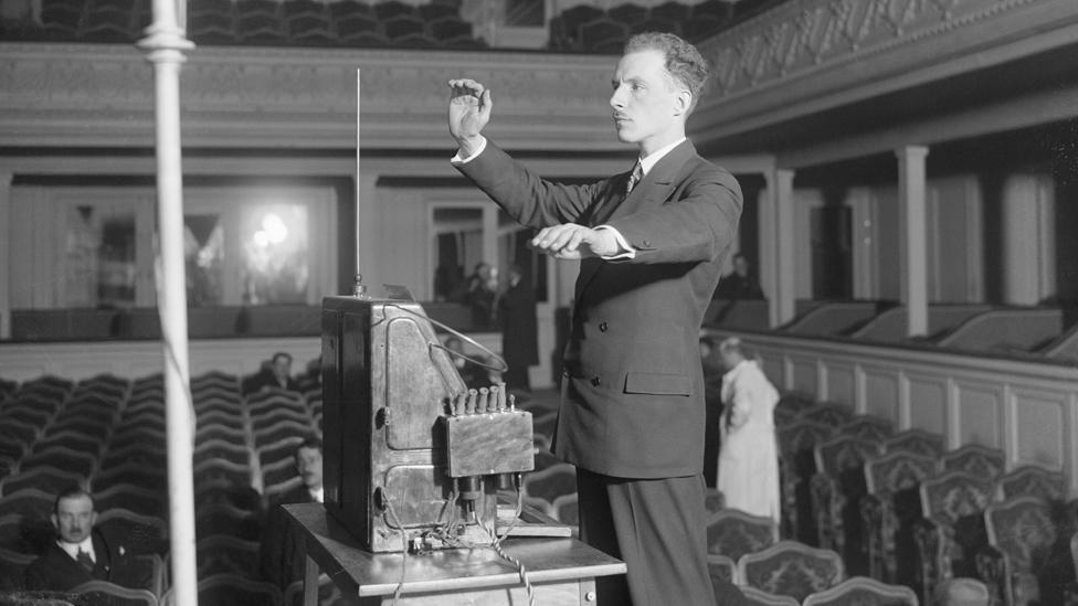 Leon Theremin mostrando su instrumento musical homónimo en París, en 1927.