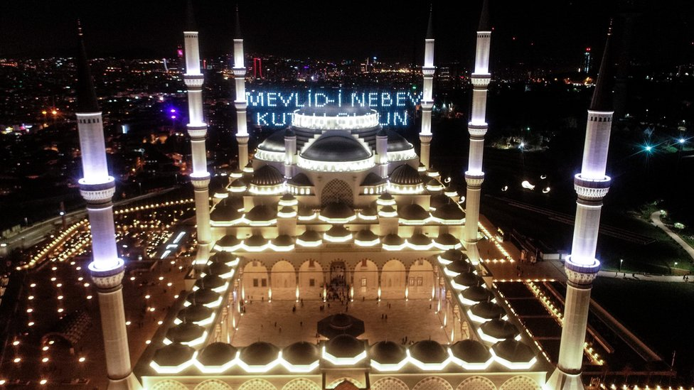 """الاحتفال بالمولد النبوي في مسجد """"تشامليجا"""" في اسطنبول بتركيا"""