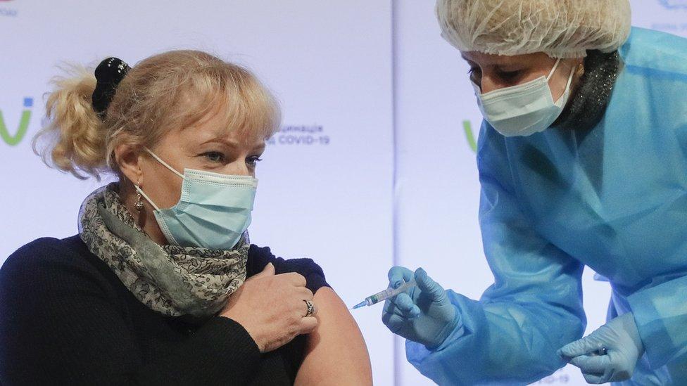 أحد أفراد الأطقم الطبية في أوكرانيا يتلقى جرعة من أسترازينيكا