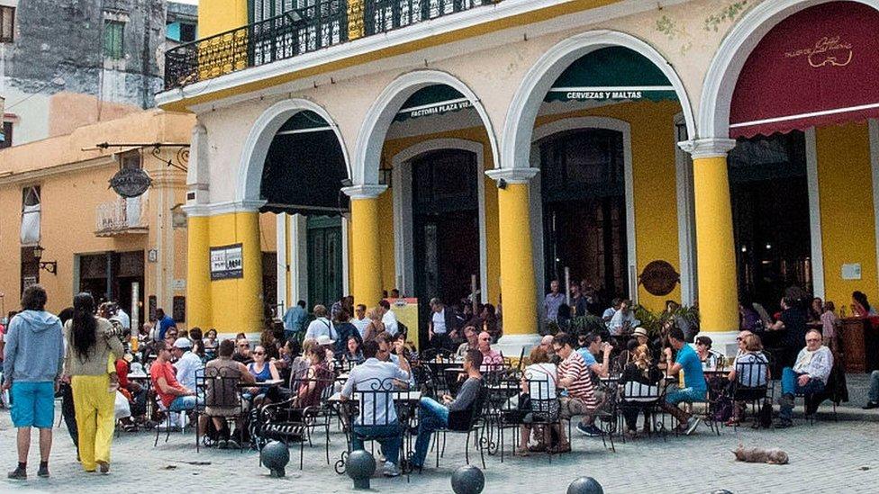 La terraza de un café en Cuba