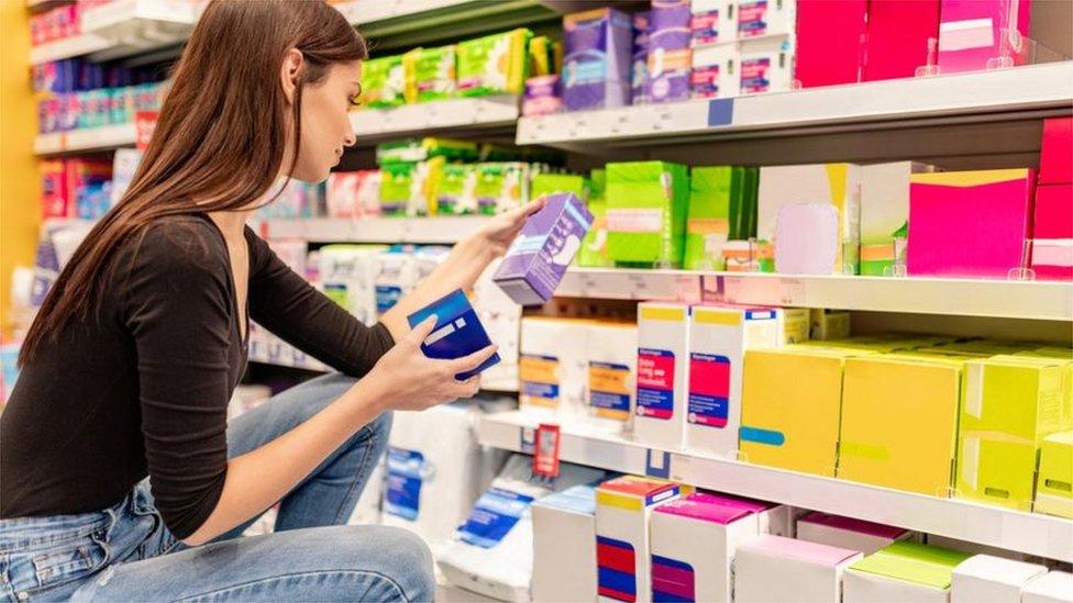 Mujer seleccionando productos