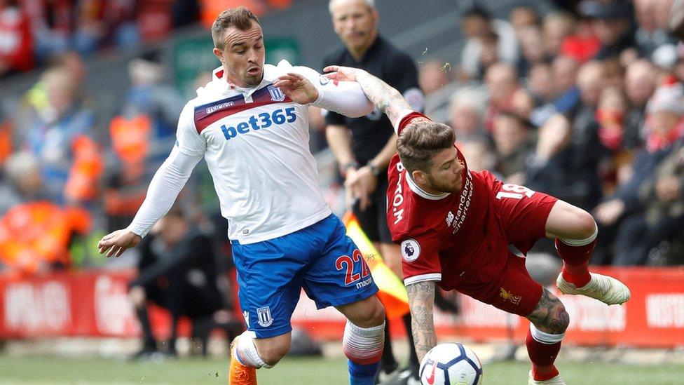 شاكيري في صراع على الكرة مع مورينو لاعب ليفربول