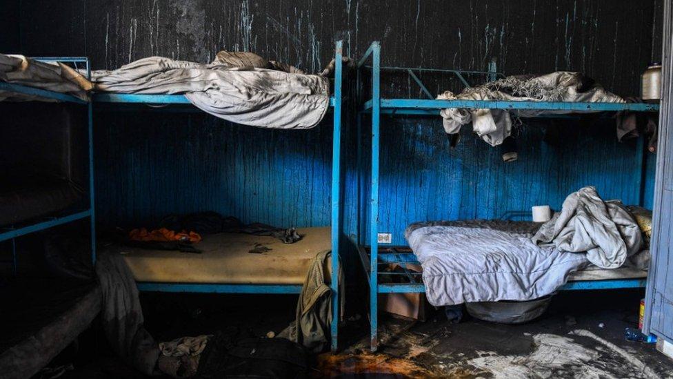 Los restos chamuscados de una de las habitaciones del orfanato.