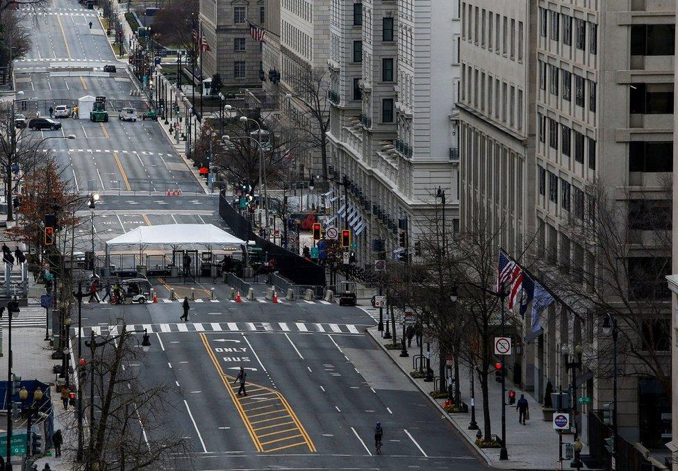 美國國民警衛隊已在警戒線範圍設置路障。