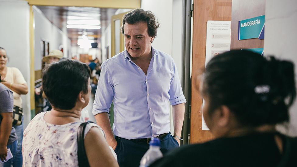 Guillermo Pepe con dos pacientes