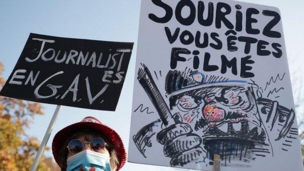 لافتتان خلال التظاهرات في العاصمة الفرنسية باريس
