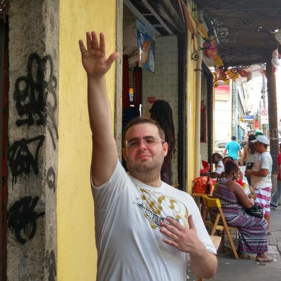 Marcelo Mello haciendo el saludo nazi.