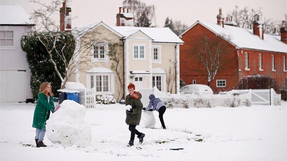 الأطفال يستمتعون بالثلج في مقاطعة هامبشير