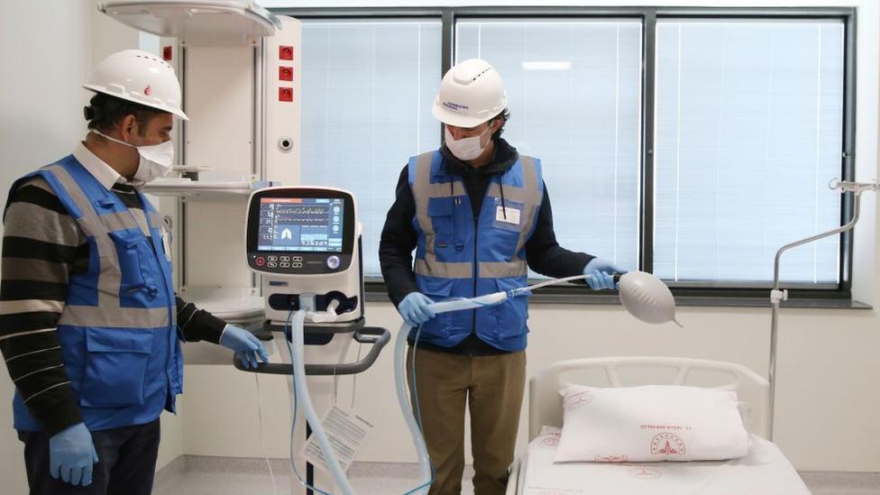 Başakşehir'deki şehir hastanesinde solunum cihazları yerleştiriliyor