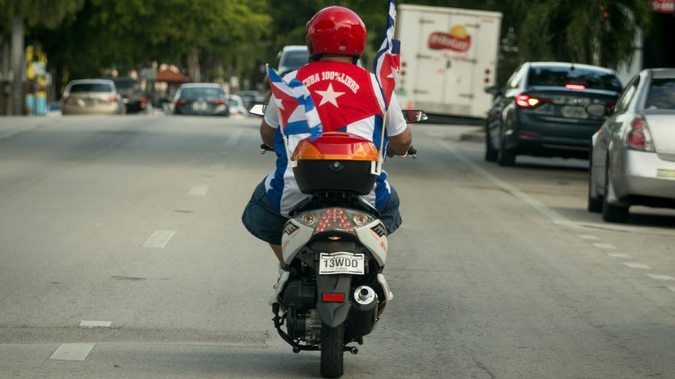 Motorista con la bandera cubana en Miami