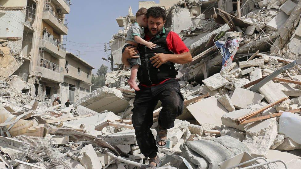 Alaa spasava dete iz ruševina u Alepu 2016.