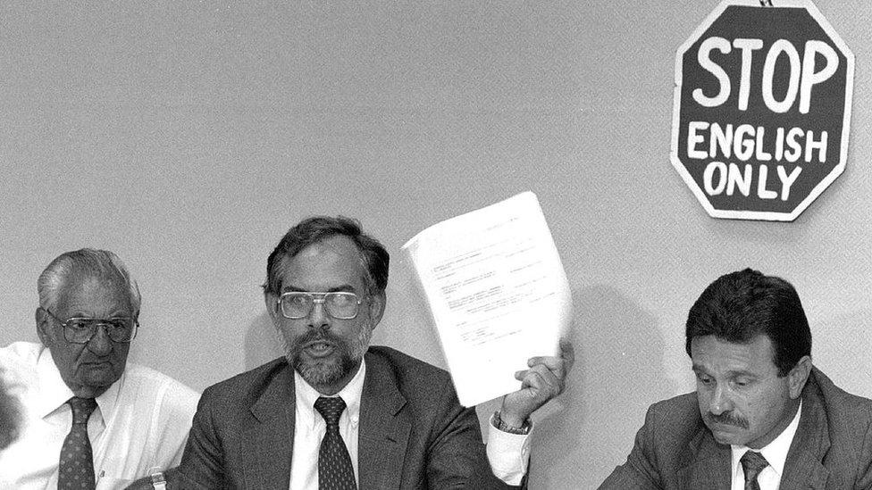 Barry Roseman y otros colegas de la Coalición Nacional Contra Solo Inglés en una actividad en 1990