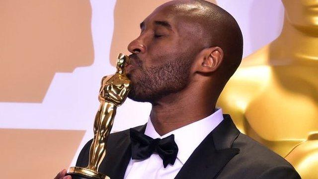 Bryant besando al estatuilla de los oscar