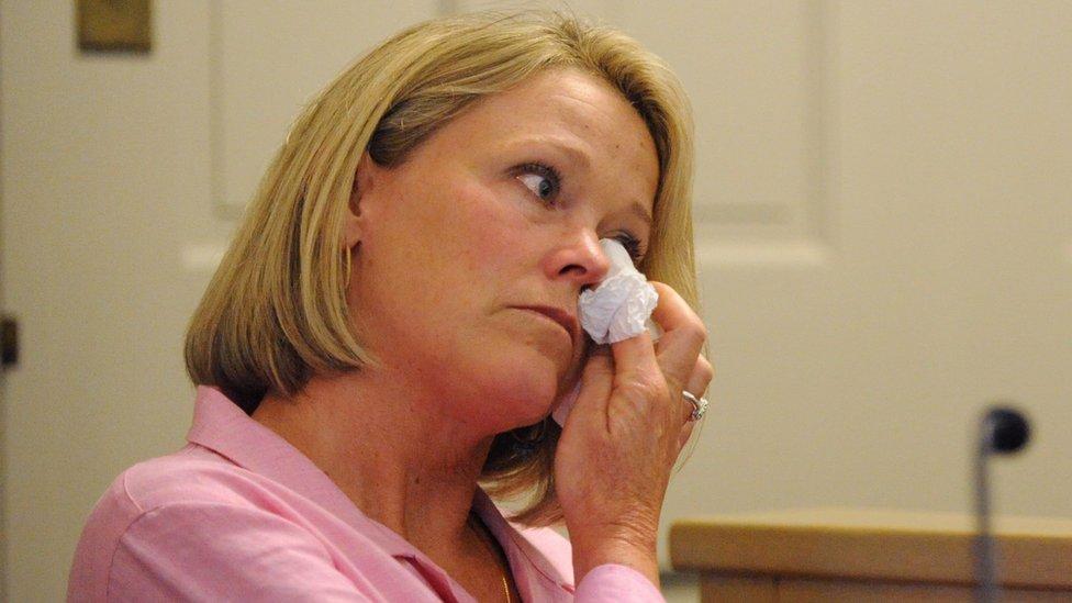 Heather Unruh se seca una lágrima durante su testimonio en el caso contra Kevin Spacey