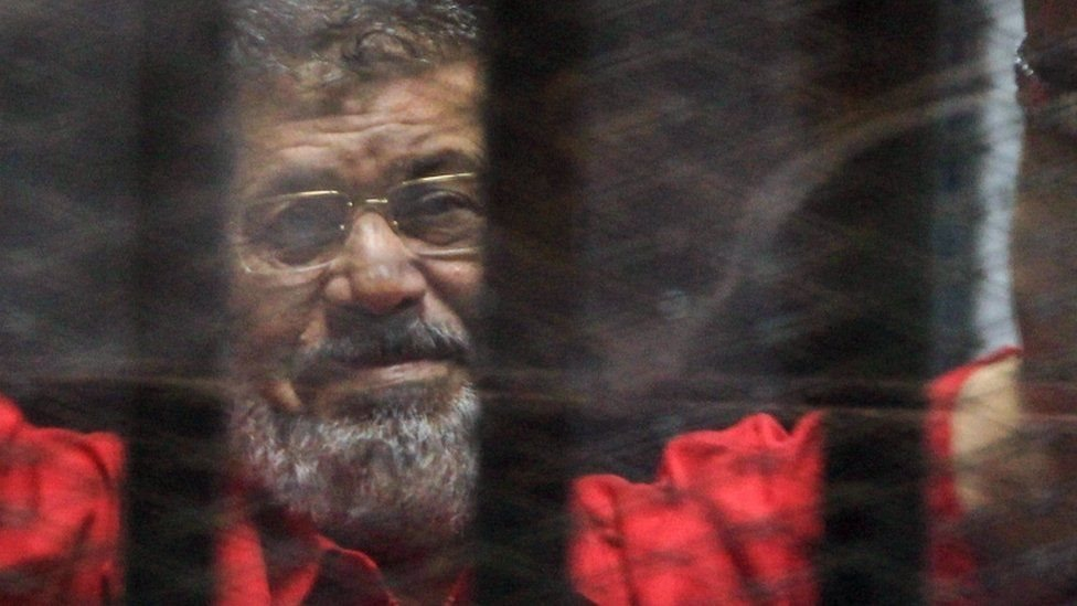 تشير تقارير إلى أن مرسي (صورة في 2016) كان يقضي 23 ساعة يوميا في حبس انفرادي
