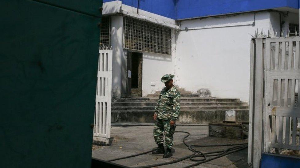 El generador del hospital infantil JM de Los Rios, en Caracas, está vigilado por miembros de la milicia bolivariana.
