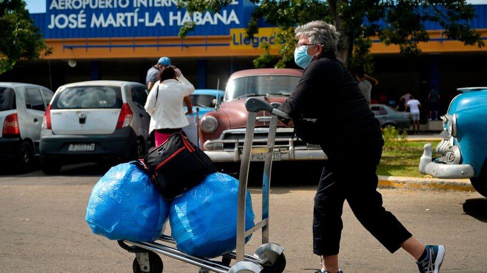 Mujer con maletas cerca del aeropuerto de La Habana