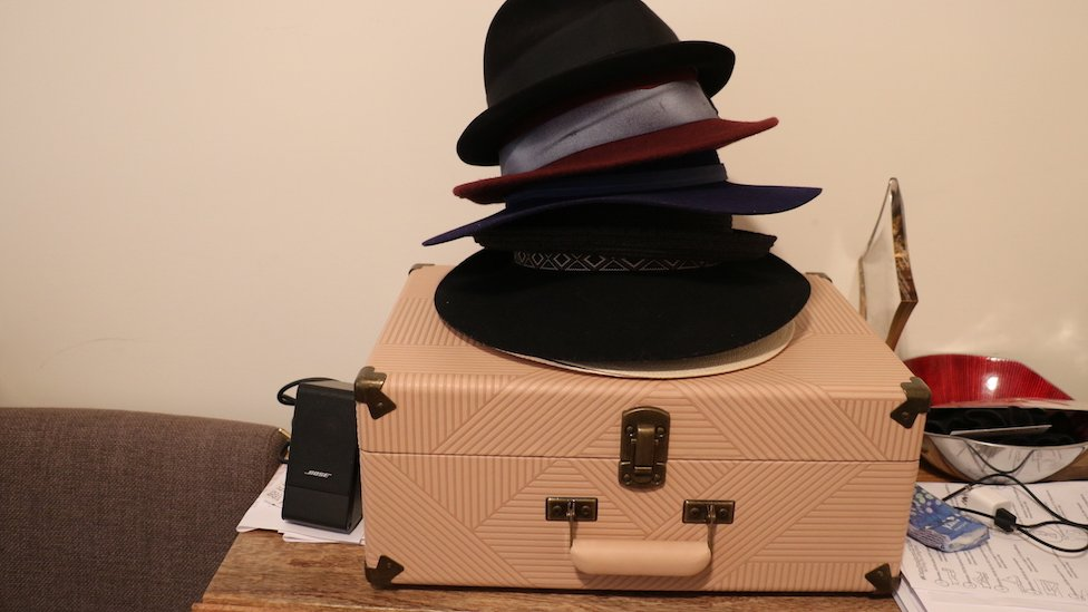 Sombreros y valija del cantautor Yordano di Marzo.