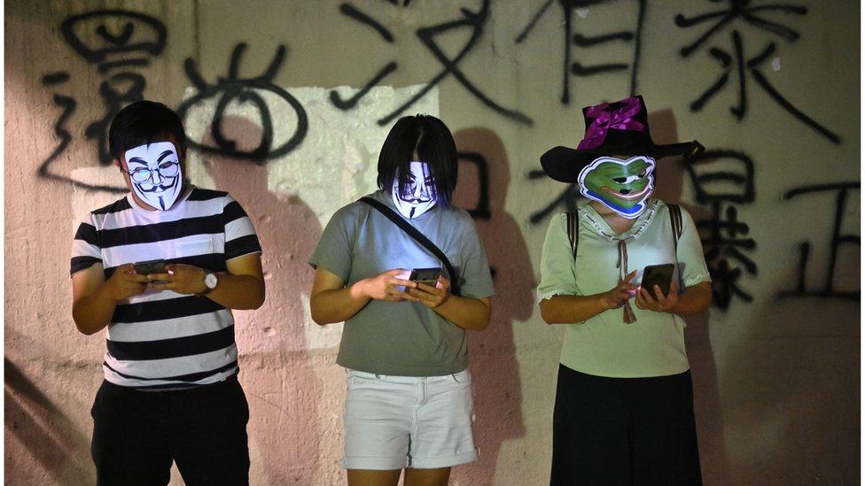 從網上到現實,抗議者均是匿名。