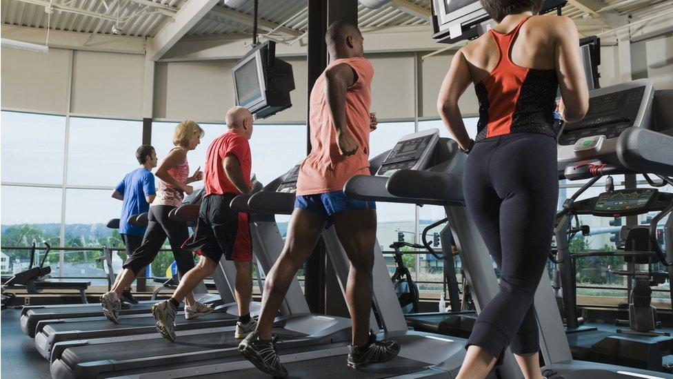 Personas haciendo ejercicio en un gimnasio