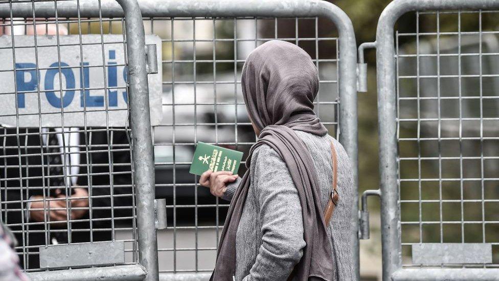 Mujer saudita con su pasaporte