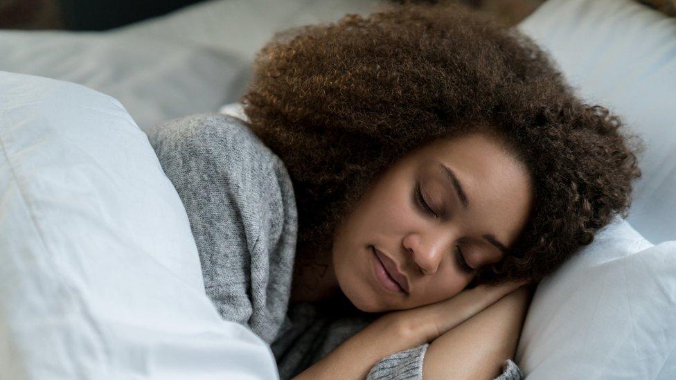Žena spava u krevetu