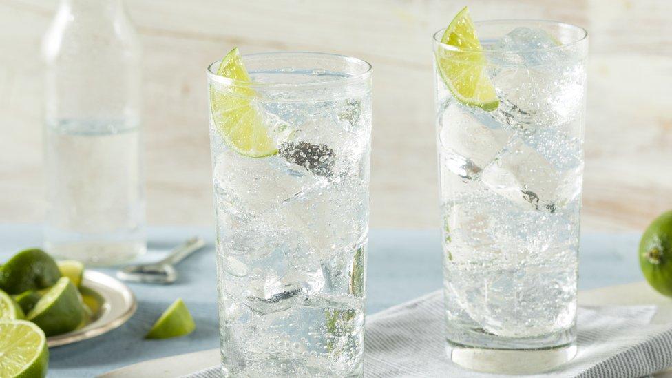 Vaso de agua carbonatada con sabor.