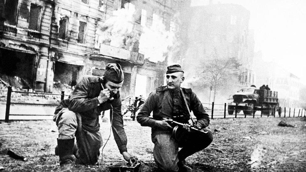 Berlin sokaklarında Sovyet askerleri, 1945