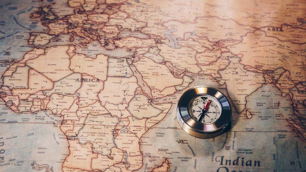 Kompas mengarah ke kutub utara magnet, banyak bergerak tetapi dekat dengan kutub geografis.