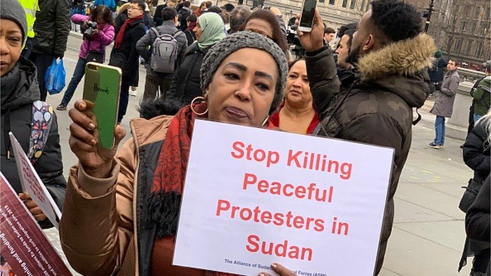 متظاهرة سودانية في لندن لدعم المظاهرات في السودان