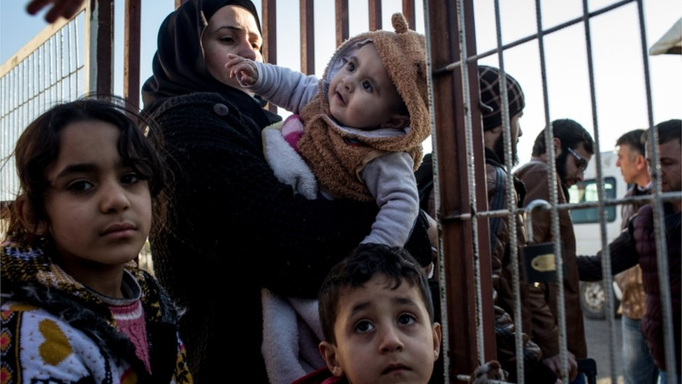 لاجئة سورية وأطفالها