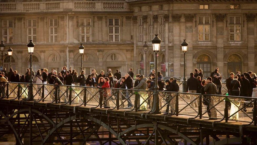 法國人在公共場合自由地用擁抱、擁抱和親吻,來表達他們的愛(Credit: Buena Vista Images/Getty Images)