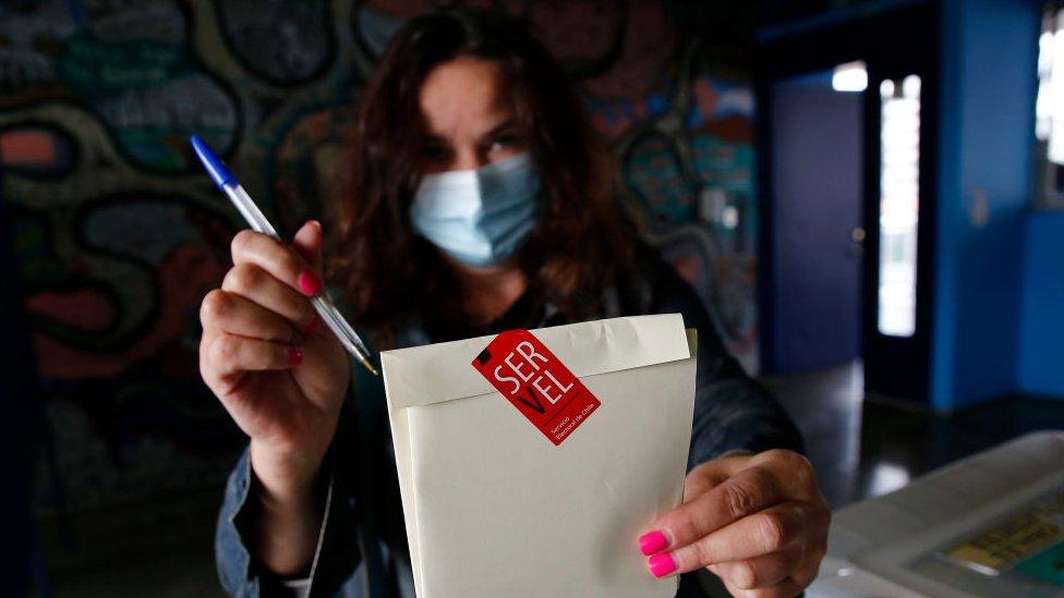Mujer votando en Chile