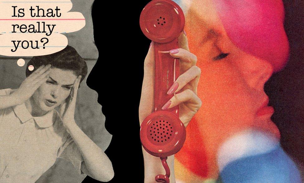 صورة توضيحية لامرأة تحاول الاتصال والأمل باد على ملامحها