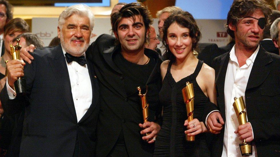 2004 yılında Berlin Film Festivali'nde Mario Adorf, Fatih Akın ve Sibel Kekilli ile birlikte.