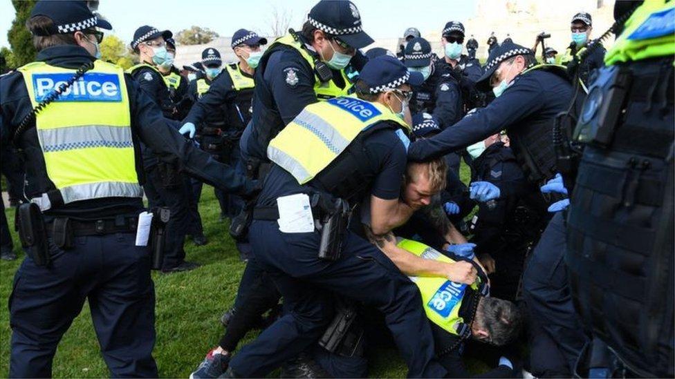 عراك ومشادات بين الشرطة والمحتجين في مدينة ميلبورن