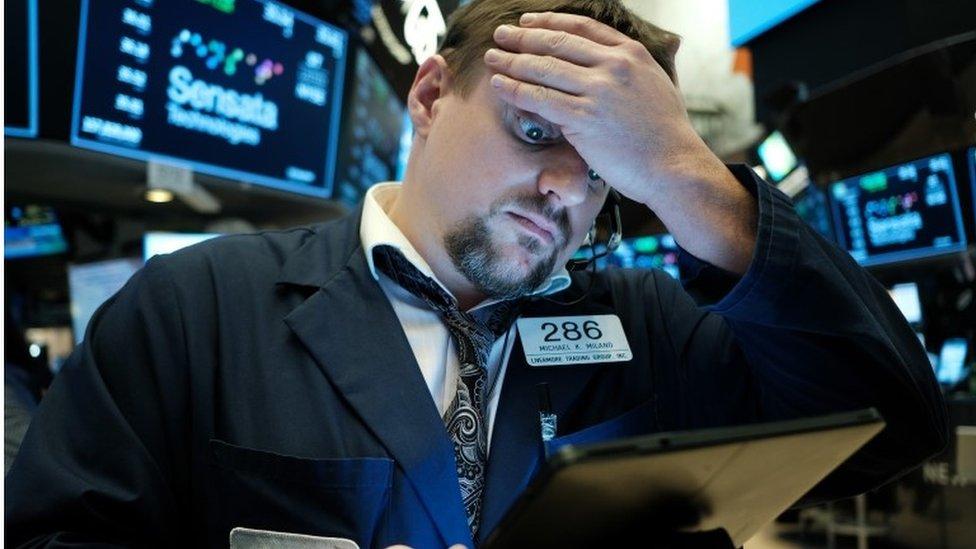 紐約證券交易所交易大廳內一位交易員顯得憂心忡忡(資料圖片)