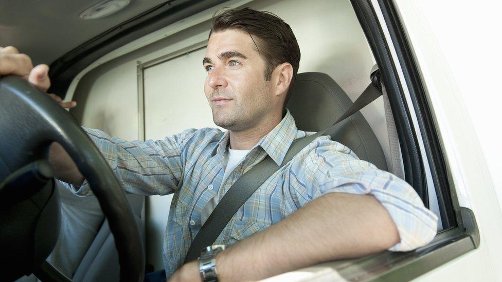 Hombre con cinturón de seguridad