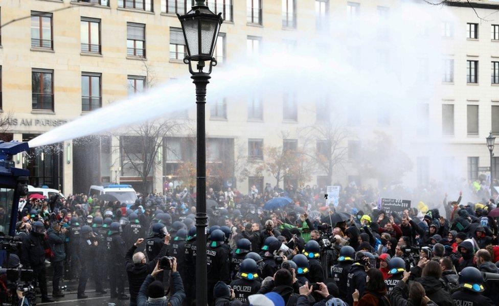 الشرطة حذرت المتظاهرين من أنهم ينتهكون قوانين التباعد الاجتماعي وارتداء الكمامات.,