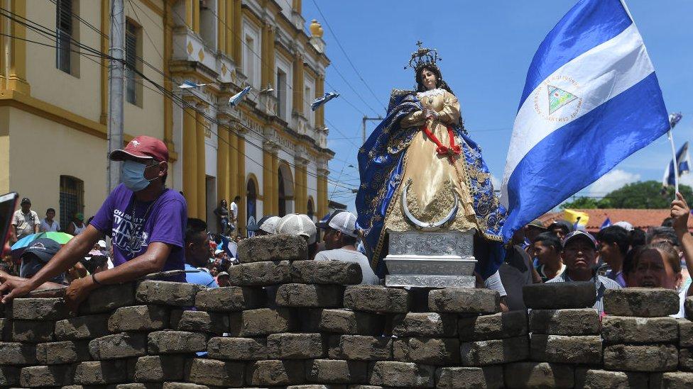 Efigie de la Virgen María en una barricada en Nicaragua