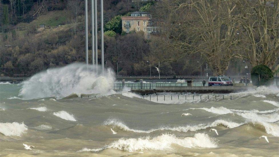 Austrija se takođe suočava sa jakim vertovima, koji su uzrokovali da se talasi obruše na pristanište na Bodenskom jezeru