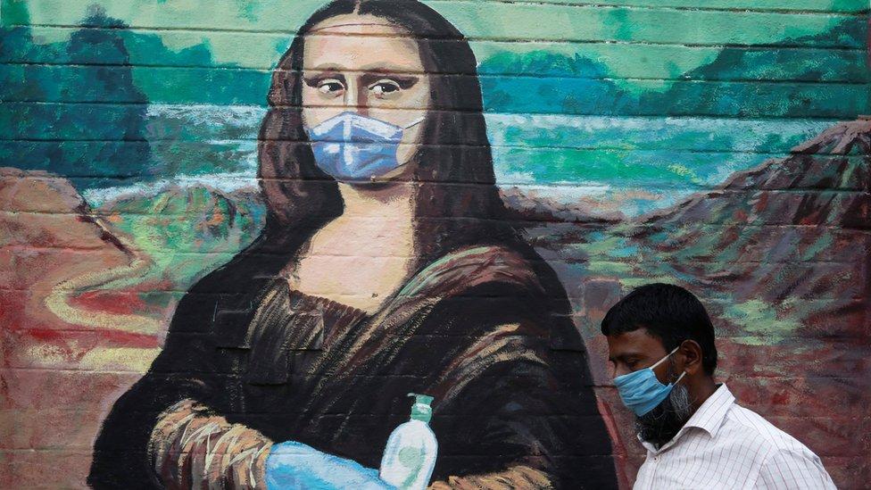 Mural de la Mona Lisa con mascarilla en India