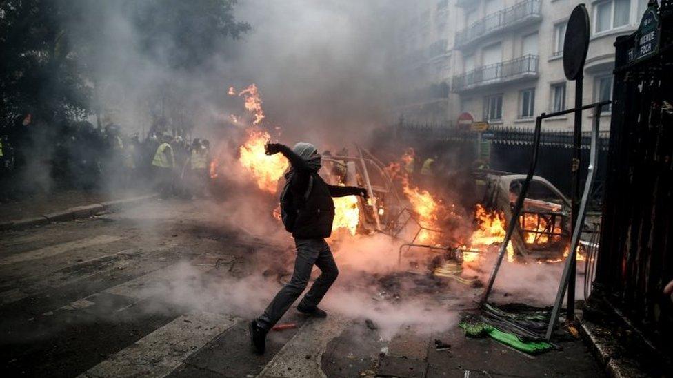 Un manifestante ataca