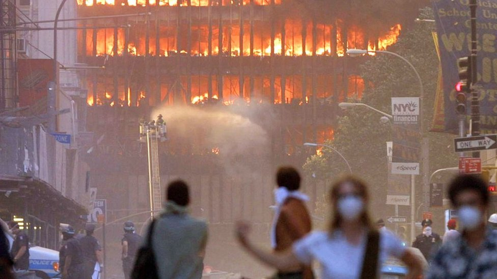 Gente alrededor de las Torre Gemelas luego del ataque