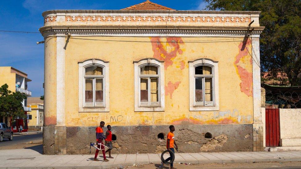 Calle en Angola.