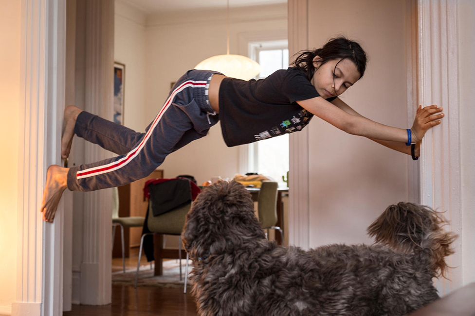 الطفل ساشا يتسلق جدران المنزل